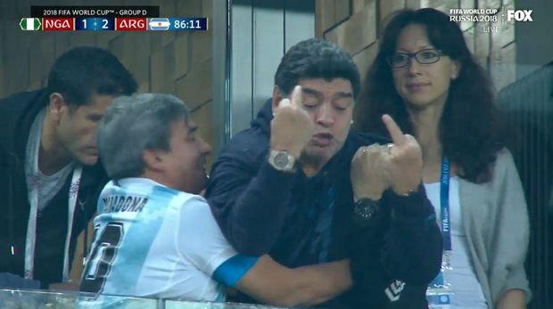 Ξεσάλωσε με τα μεσαία δάχτυλα ο Μαραντόνα! (photos + video)