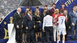 Η αγκαλιά-παρηγοριά της προέδρου της Κροατίας (photos + video)