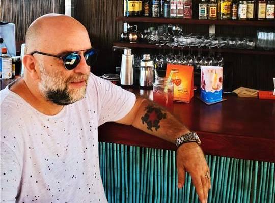 Μπιτς μπαρ στο Μεμί της Κορώνης, ο Μπάμπης Στόκας (photo)