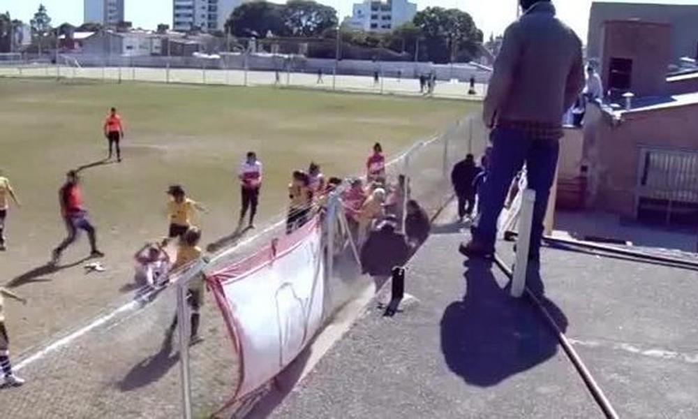 Φοβερό ξύλο γυναικών σε αγώνα ποδοσφαίρου (VIDEO)