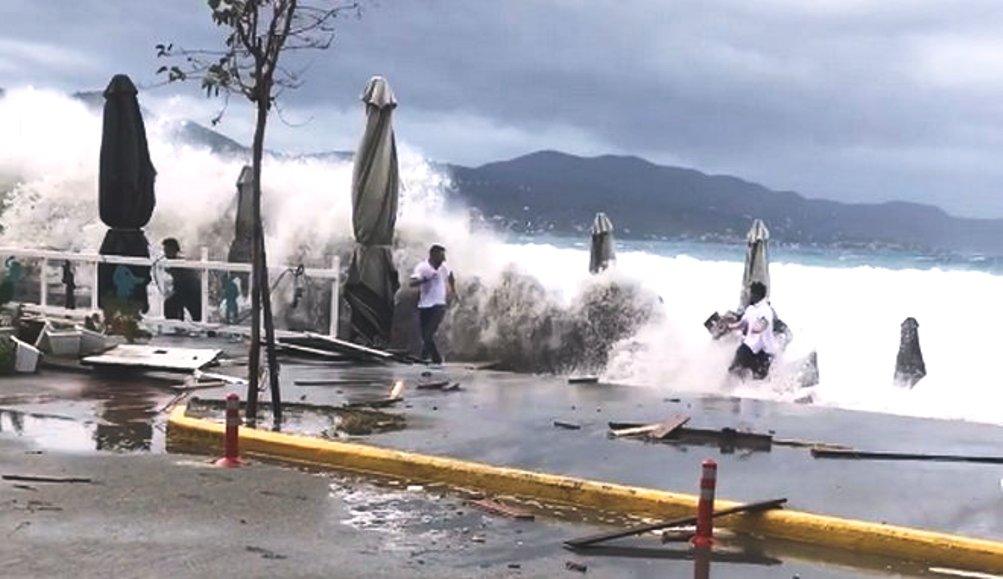 Ζορμπάς: Απίστευτη ανευθυνότητα – Τρέχουν να μαζέψουν ομπρέλες εν μέσω του κυκλώνα στην Καλαμάτα (+video)