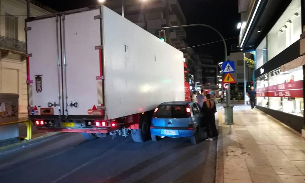 Φορτηγό εμβόλισε ΙΧ στο κέντρο της Καλαμάτας!