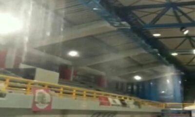 Απίστευτο σκηνικό στον Πύργο: Έπαιζαν μπάσκετ και έβρεχε... μέσα στο κλειστό! (+video) 12