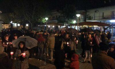 Σιωπηλή διαμαρτυρία με κεράκια για τον 15χρονο Νίκο στην Θουρία Καλαμάτας... (photo) 8