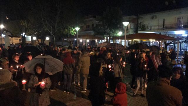 Σιωπηλή διαμαρτυρία με κεράκια για τον 15χρονο Νίκο στην Θουρία Καλαμάτας… (photo)