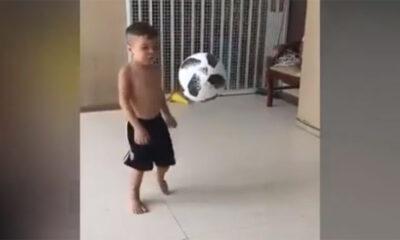 Η μπάλα είναι μεγαλύτερη από αυτόν, μα ποτέ δεν πέφτει από τα πόδια του ... 15