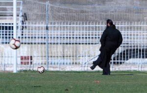 Παπάς… μπούκαρε και έπαιξε μπάλα στα Τρίκαλα (photos)