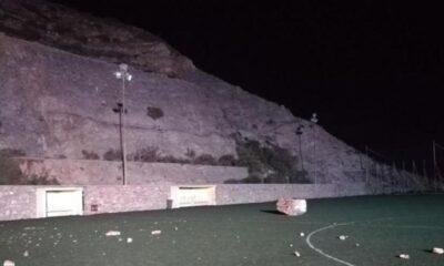 Κατολίσθηση στο γήπεδο της Άνω Σύρου – Έπεσε τεράστιος βράχος, κομμάτια ο ένας πάγκος! (video) 8