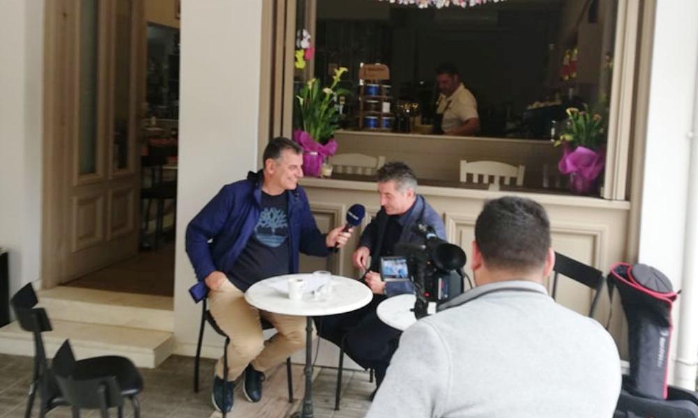 """Ο Θοδωρής Ζαγοράκης μιλά """"εφ' όλης της ύλης"""" στην τηλεόραση Best – Τα """"μπακ στέιτζ"""" της συνέντευξης! (photos)"""