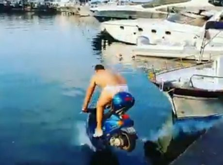 Μπαλοτέλι: Πλήρωσε 2.000 ευρώ σε ιδιοκτήτη vespa για να τη ρίξει στη θάλασσα (video)