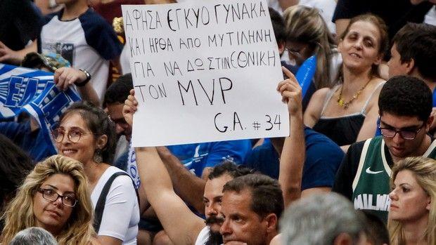 Ελλάδα – Τουρκία: Το πλακάτ που τράβηξε το βλέμμα του Γιάννη Αντετοκούνμπο