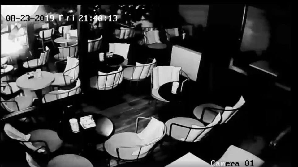 Εξερράγη κινητό τηλέφωνο σε καφετέρια (video)