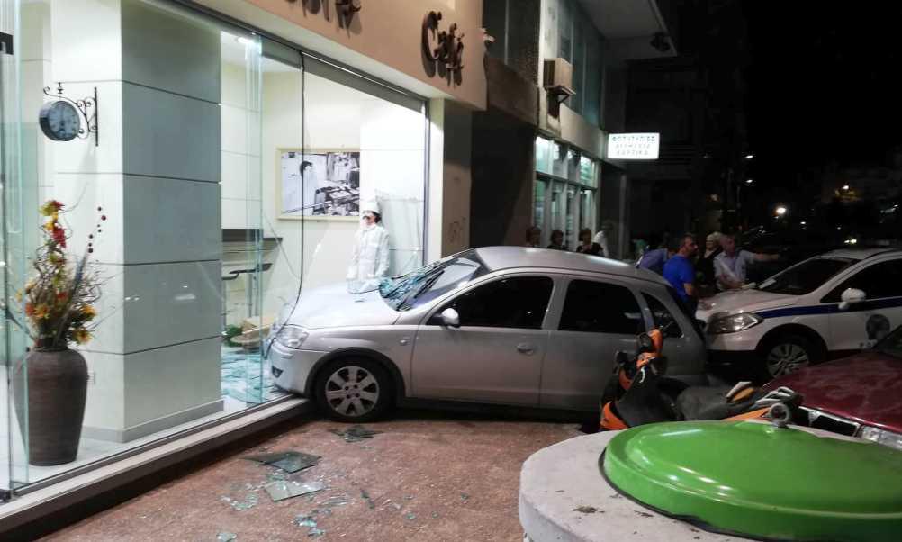 Αυτοκίνητο… μπούκαρε σε ζαχαροπλαστείο στην Καλαμάτα! (photos)