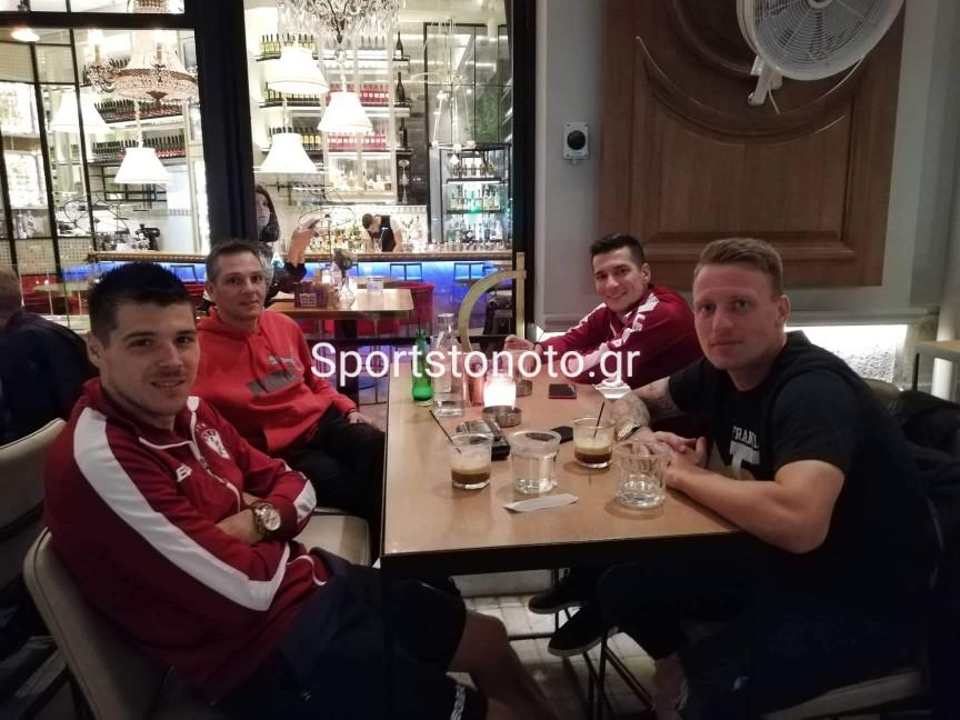 Για καφεδάκι οι παίκτες της ΑΕΛ, στην Καλαμάτα…