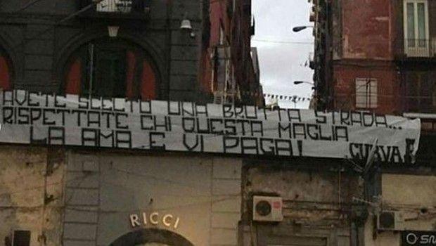 Πανό κατά Μανωλά και άλλων παικτών της Νάπολι στην πόλη (photos)