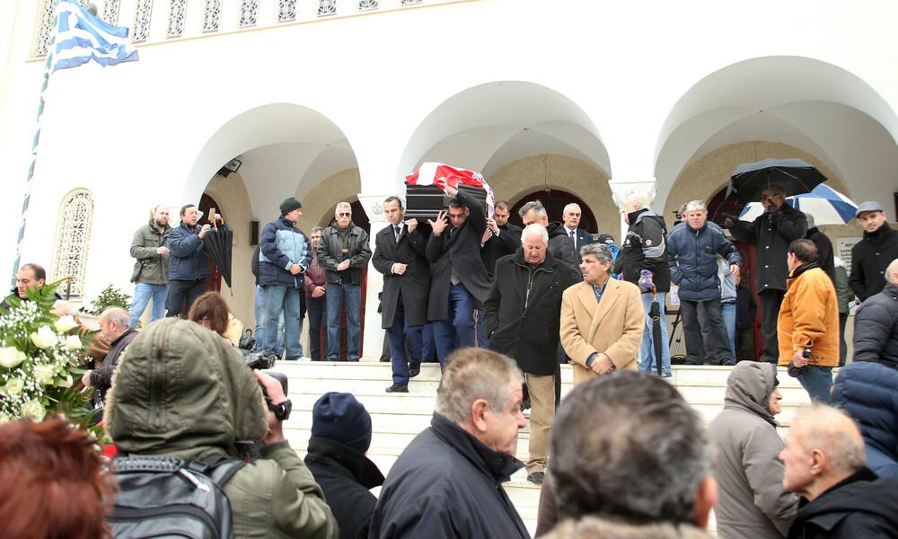 Συγκίνηση στην κηδεία Ηλία Ρωσίδη – Με σημαία Ολυμπιακού στην τελευταία κατοικία