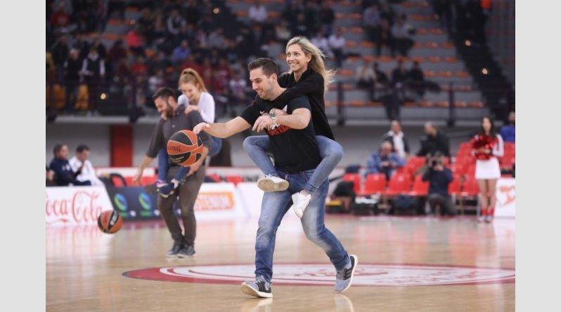 Πρόταση γάμου, στο ημίχρονο του Ολυμπιακός-Άμπα, στο ΣΕΦ!