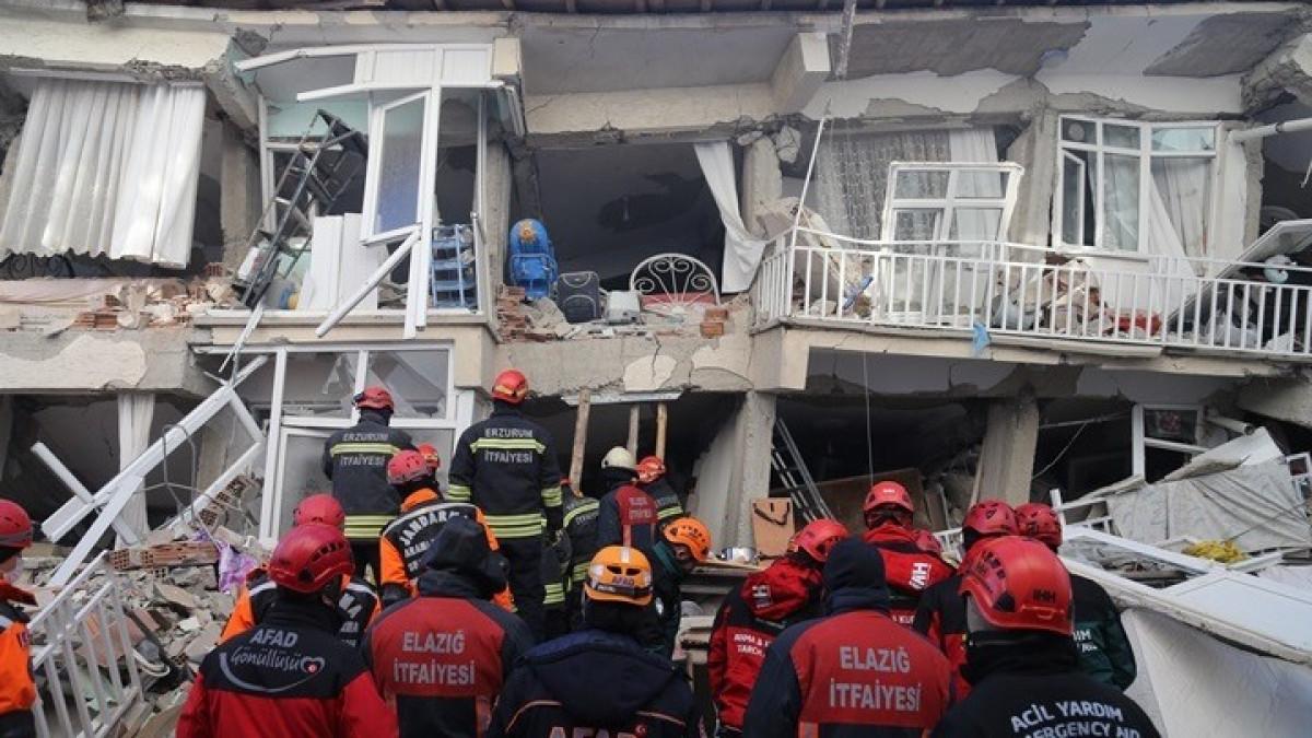 Σεισμός στην Τουρκία: 22 νεκροί, πάνω από 1000 τραυματίες, δεκάδες εγκλωβισμένοι