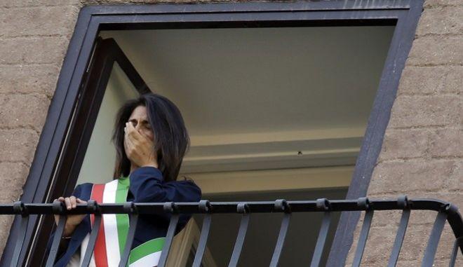 Κοροναϊός: Οι Ιταλοί συγκινούν τραγουδώντας στα μπαλκόνια τους (videos)