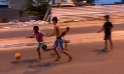 Ταλέντο από κούνια : Ξυπόλητος Βραζιλιάνος πιτσιρικάς βάζει απίθανο γκολ (+video) 5