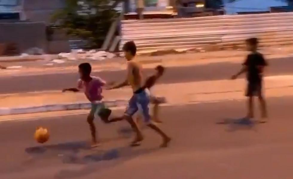 Ταλέντο από κούνια : Ξυπόλητος Βραζιλιάνος πιτσιρικάς βάζει απίθανο γκολ (+video)