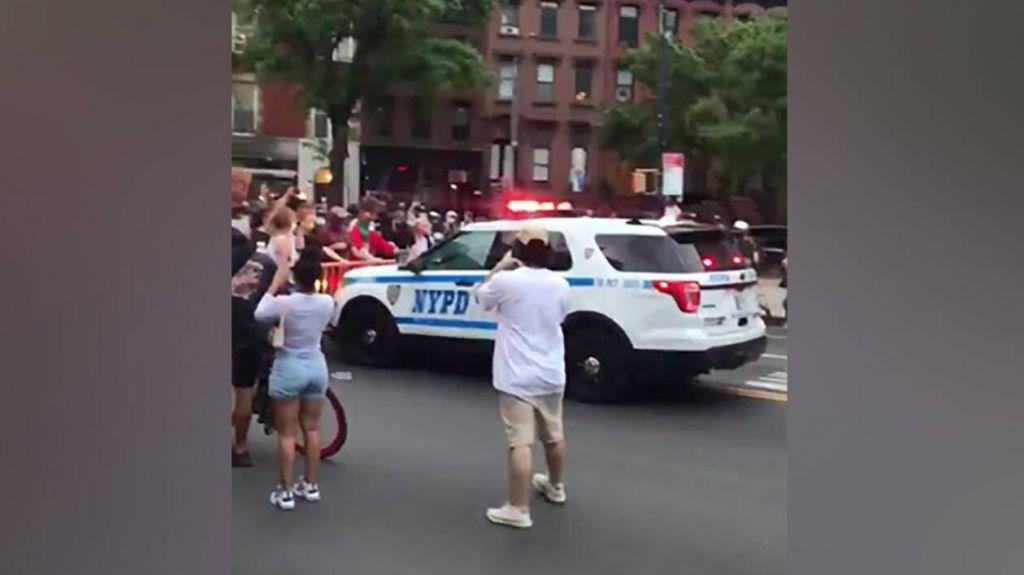 Δολοφονία Φλόιντ: Σοκάρει βίντεο με περιπολικό να παρασύρει διαδηλωτές (+video)