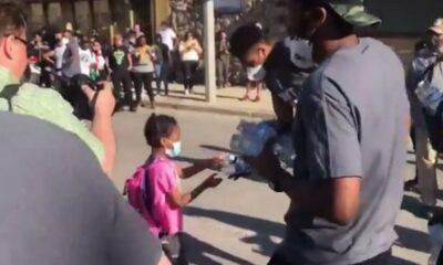 Γιάννης και Θανάσης Αντετοκούνμπο μοίρασαν νερά σε διαδήλωση για τον Φλόιντ (+video) 6