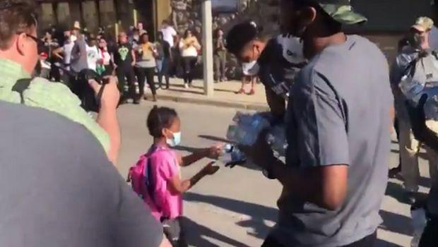 Γιάννης και Θανάσης Αντετοκούνμπο μοίρασαν νερά σε διαδήλωση για τον Φλόιντ (+video)