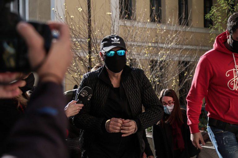 Στον εισαγγελέα με χειροπέδες ο Νότης Σφακιανάκης: «Είμαι εγκληματίας», είπε ειρωνικά – βίντεο