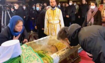 Ντροπή πια: Απίστευτες εικόνες σε Σερβία: Συνωστισμός στο λαϊκό προσκύνημα του Πατριάρχη Ειρηναίου (+vids) 12