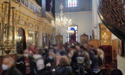 Θεοφάνια - ΣΟΚ : Αντιδράσεις για τις φοβερές εικόνες συνωστισμού έξω και μέσα στις  εκκλησίες (pics+video) 6