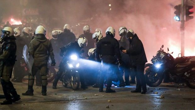 Επεισόδια Νέα Σμύρνη: Ο σοκαριστικός τραυματισμός του αστυνομικού και η κόλαση (VIDEOS)