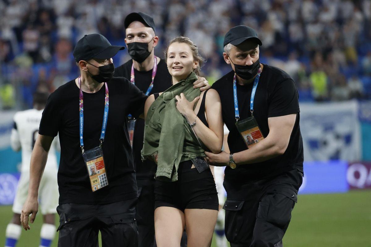 EURO 2020 Euro 2020, Φινλανδία – Βέλγιο: Η γυναίκα που εισέβαλε στον αγωνιστικό χώρο (video)