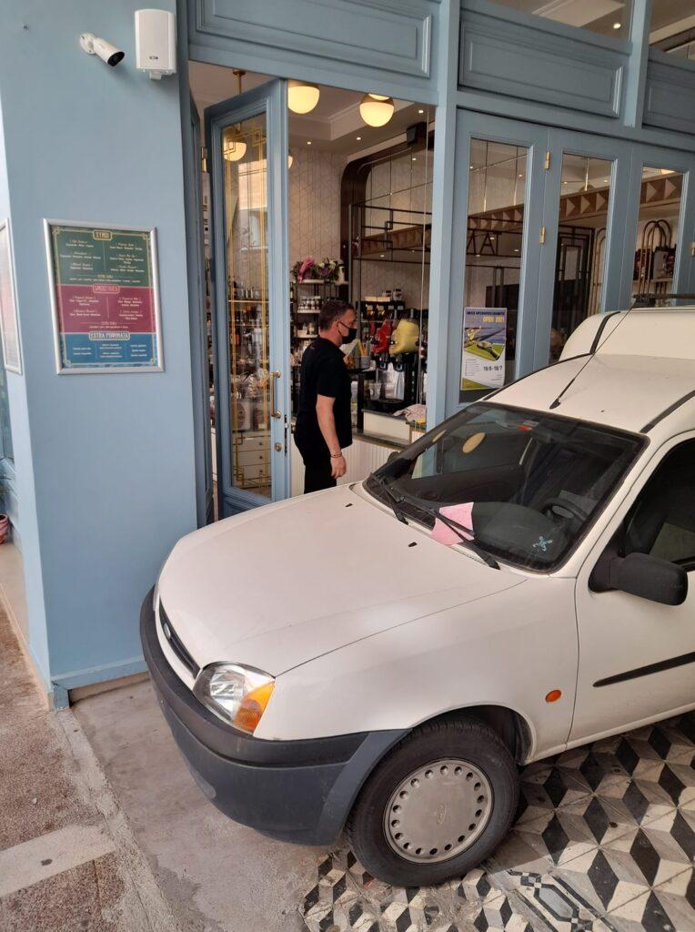 Απίστευτο: Αυτοκίνητο παρκαρισμένο 4 (!) ημέρες σε πεζόδρομο-στοά, σε χώρο τραπεζοκαθισμάτων στην Καλαμάτα! (pic)